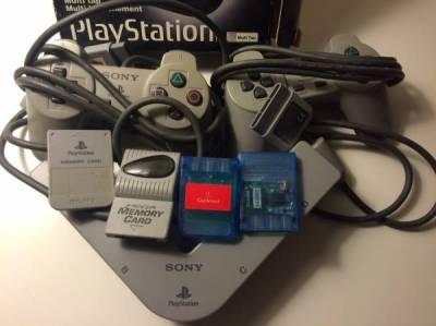 Vends 2 Pads PS1 + Multitap + cartes mémoires - annonce