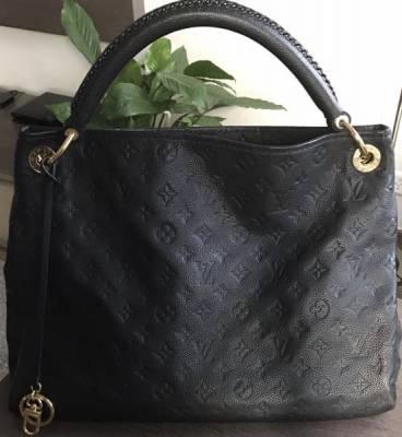 2649891b95b Le sac a à peine 1 an . Sac très pratique est grand pour les femmes qui ont  besoins de transporter maquillage